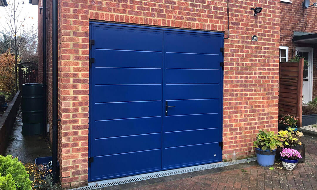 Side-hinged garage door - mid-rib panels