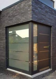 Aluminium front door with round the corner sidelight
